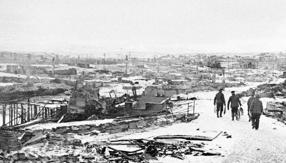 Finnmark i brann: Tyskernes tilbaketog gikk gradvis vestover, i februar 1945 var turen kommet til Hammerfest. Alle bygningene i byen brant ned, med unntak av et gravkapell. Foto: NTB Scanpix