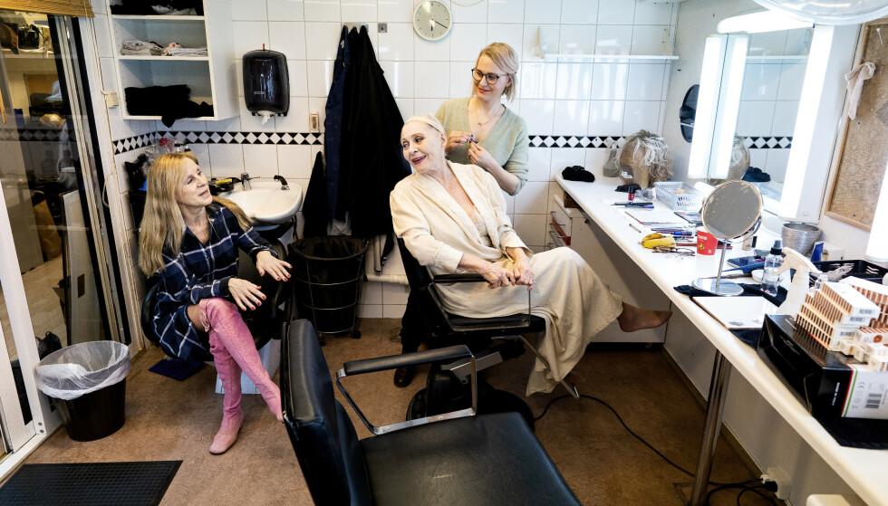 ROER NERVENE: Både Liv Bermhoft Osa og Kari Simonsen sminkes av maskør Marianne Hommo. De setter pris på stunden i sminkerommet før de skal på scenen. - Her er det mennesker som tar vare på oss. Det roer nervene, sier Simonsen. Foto: John Terje Pedersen/Dagbladet