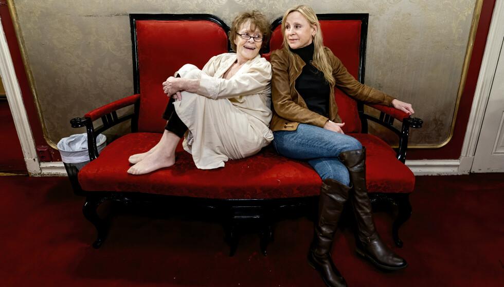 GODE KOLLEGER: Kari Simonsen (82) og Liv Bernhoft Osa (62) har jobbet som skuespillere i flere tiår. I ett år har de spilt mor og datter i Kunsten å falle. Foto: John Terje Pedersen/Dagbladet