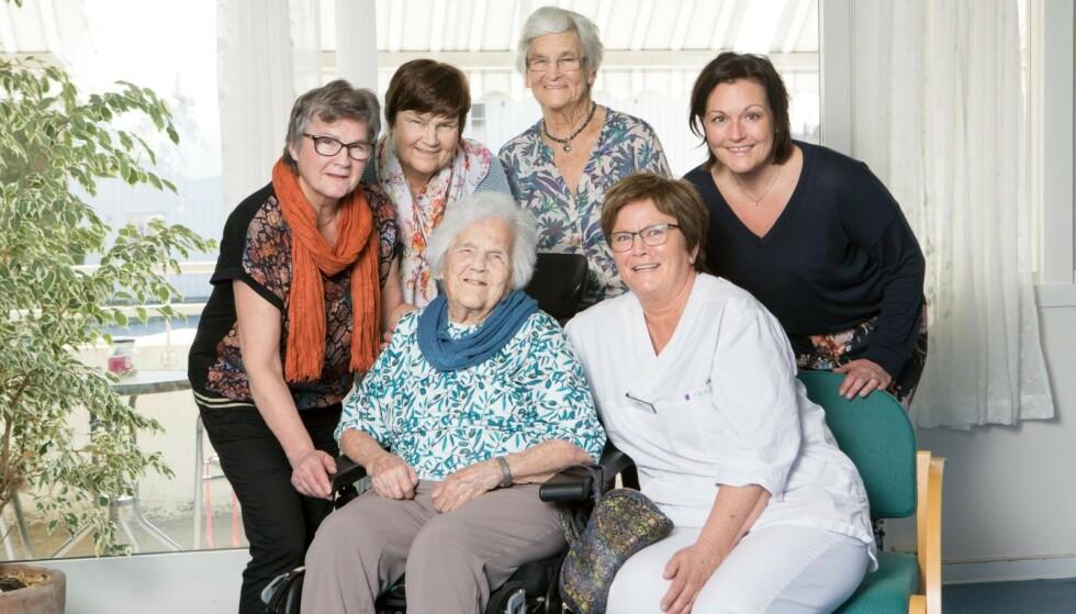 BESØK: Inger får ofte besøk av døtre og barnebarn. Fra venstre bak: Anne Marie Kojedahl (67), Ingeborg Olaussen (78), Ellen Ødegård (83), barnebarnet Ragnhild Vangerud (43), Inger Kojedahl (106) og barnebarnet Mari Ottesen (58), som også jobber ved sykehjemmet. Foto: Ellen Jarli