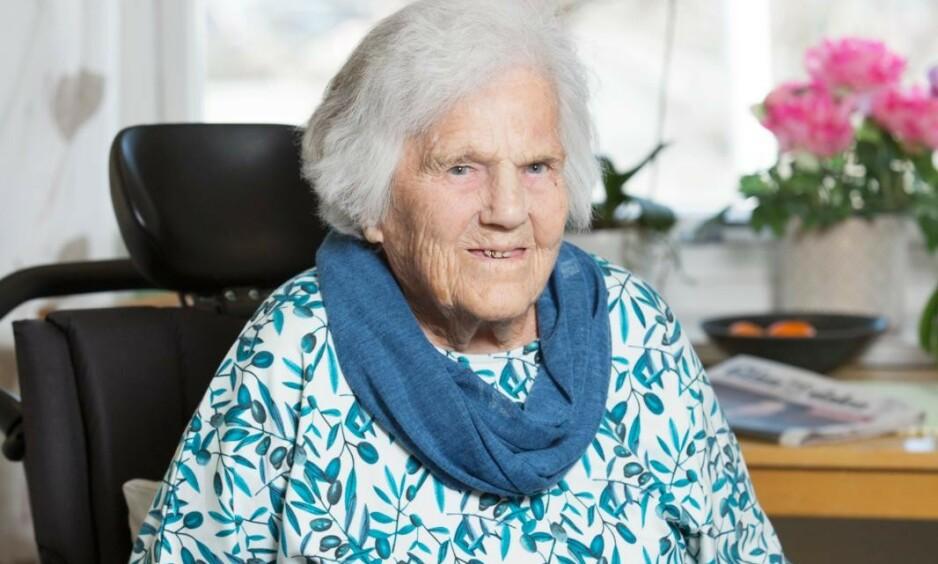 Inger har alltid vært en bestemt dame, og er ikke redd for å si ifra. Som da hun gikk ut i lokalavisa og klaget på maten de får servert på sykehjemmet. Foto: Ellen Jarli