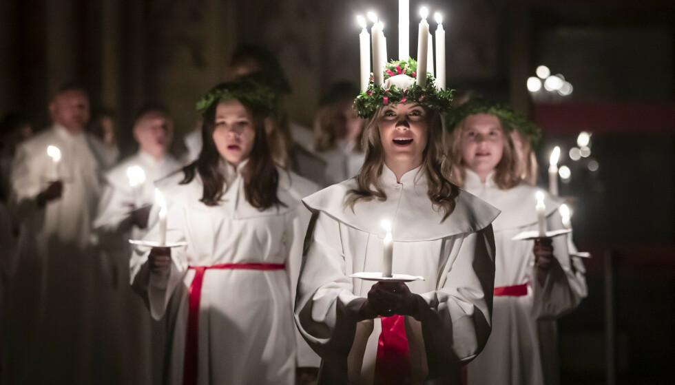 Matilda Bergstrom leder luciakoret i prosesjon under årets lucia-gudstjeneste i York 6.desember i år. Foto: NTB Scanpix