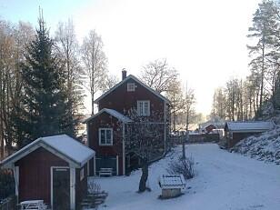 Det er ikke alltid vi får julesnø på hytta. Men i øverste etasje i den gamle, rødmalte låven som en gang rommet bygdas mølle, finner jeg alltid julero. Foto: Birgitte Hoff Lysholm