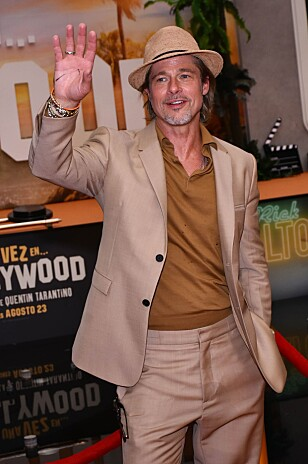 VARME FARGER: Brad Pitt bruker ofte andre farger enn sort på den røde løperen. Foto: NTB Scanpix