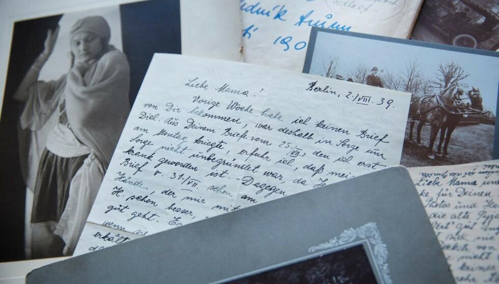 BREV FRA MOR: Jana leser brevet som bestemoren Hana sendte fra fangenskap i Berlin under andre verdenskrig. Datteren Handula og broren hennes var glad for å få livstegn fra moren. Foto: Sverre Chr. Jarild