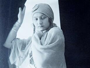 FESTSTEMT: Mormor Hana i karnevalskostyme på begynnelsen av 1920-tallet. Foto: Privat