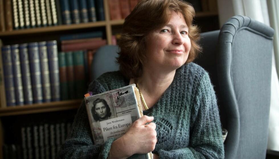 PUSLESPILLET: Jana satte sammen historien om mormorens liv ved hjelp av blant annet brev, forhørsprotokoller og foto. Resultatet ble boken «Piken fra Europa». Foto: Sverre Chr. Jarild