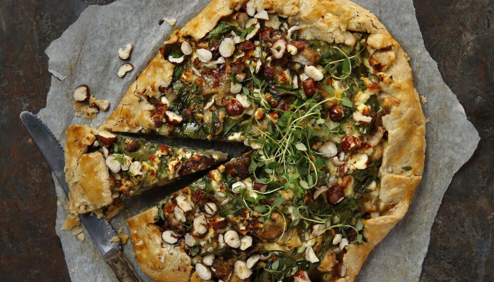 Spinat og soppai: En velsmakende og rustikk pai med smak av spinat, sopp og nøtter. Paien kan du servere som julemiddag. Foto: Mari Svenningsen