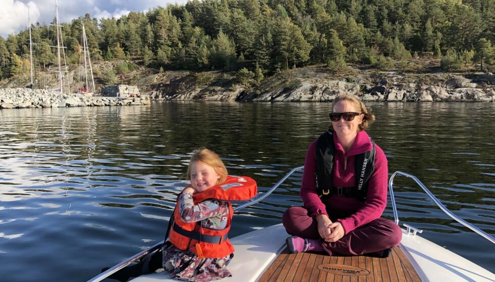 DEN SISTE BÅTTUREN: Dagen før Ragnhild forsvant var familien ute i båt. I sol fra klar himmel kjørte de rundt øyene i Oslofjorden. Foto: Privat