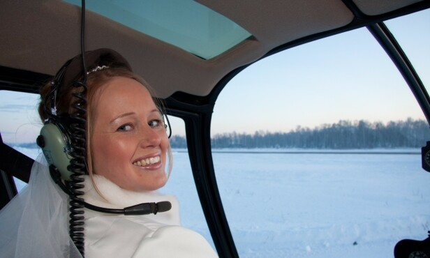 LIKTE SPENNING: Ragnhild var en som turte alt. Hun sto på vannski, tok motorsykkel-lappen og var gjerne passasjer i småfly som drev med luft-akrobatikk. Da Ragnhild og Ole Kristian giftet seg i 2009 bar det opp i lufta i helikopter etter vielsen. Foto: Privat