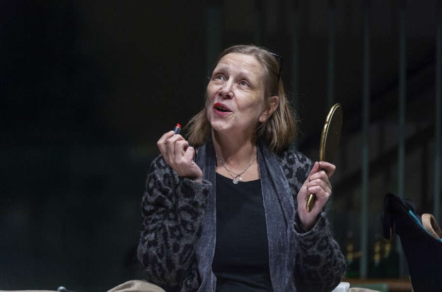 OM Å FORTRENGE: Anne Krigsvoll har nettopp begynt å jobbe med karakteren Winnie, som hun portretterer i stykket Lykkedager. Winnie er evig optimist og fortrenger virkeligheten. Foto: Hans Arne Vedlog / Dagbladet