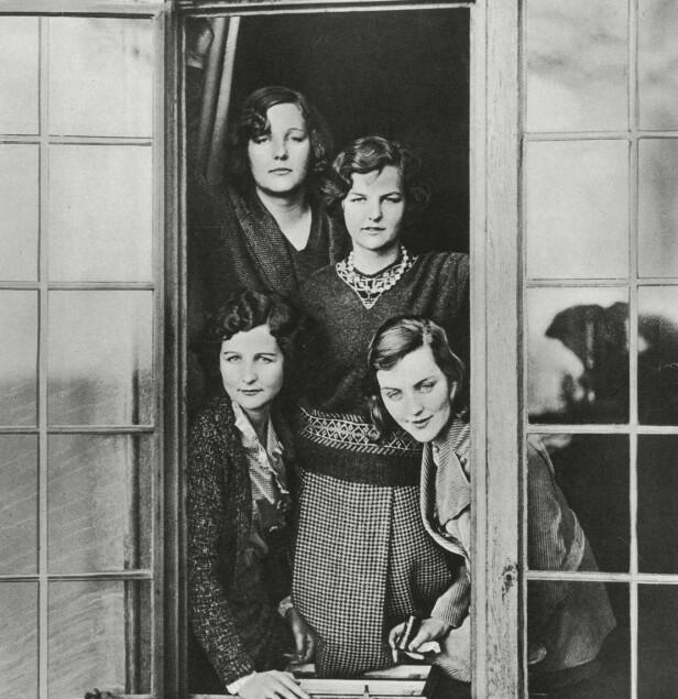 EKSENTRISKE SØSTRE: Fire av de seks eksentriske Mitford-søstrene fotografert på familiens eiendom i Swinbrook sjette januar 1932. Nede til venstre: Nancy Mitford, bak til venstre: Unity Mitford, i midten: Jessica Mitford og til høyre Diana Mitford. Foto: Historia/REX/NTB/Scanpix