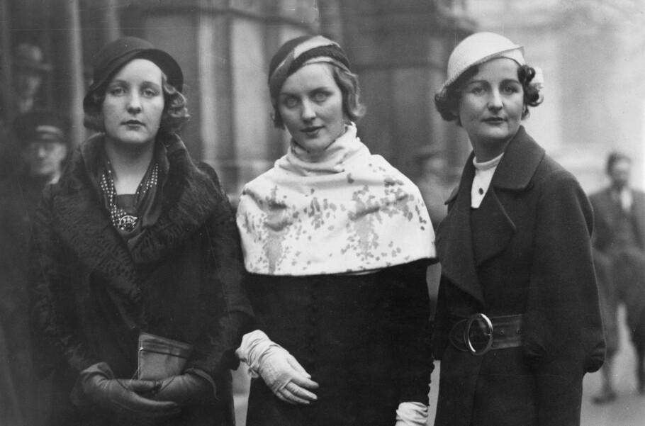 BERYKTEDE: Tre av seks søstre i Mitford-familien fotografert på gata i begynnelsen av 1930-årene. Fra venstre: Unity Mitford, kjent for sin tette relasjon til Adolf Hitler, Diana Mitford, kjent for sitt ekteskap med fascisten Sir Oswald Mosley og Nancy Mitford, som senere ble berømt forfatter. Foto: NTB Scanpix