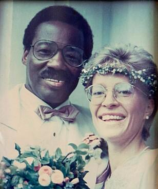 – Vi gikk sammen opp kirkegulvet. Da ble jeg overrasket av sørafrikansk sang. Det var rørende, og jeg gråt litt, forteller Kapombo. Bente hadde ordnet med et kor som sto på galleriet da de giftet seg. Foto: Privat