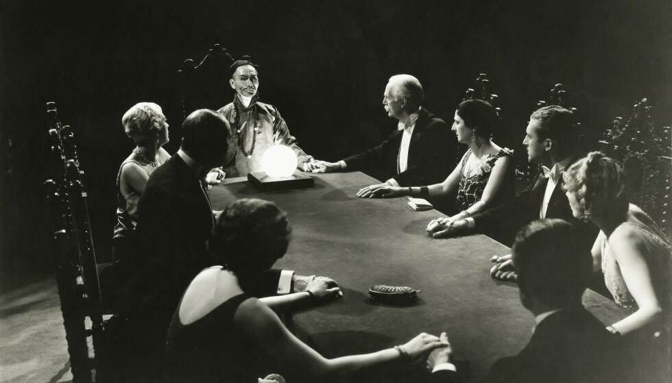 Avansert selskapslek: Seanser var veldig populære på 1800-tallet, ikke minst blant overklassen. Foto: NTB Scanpix