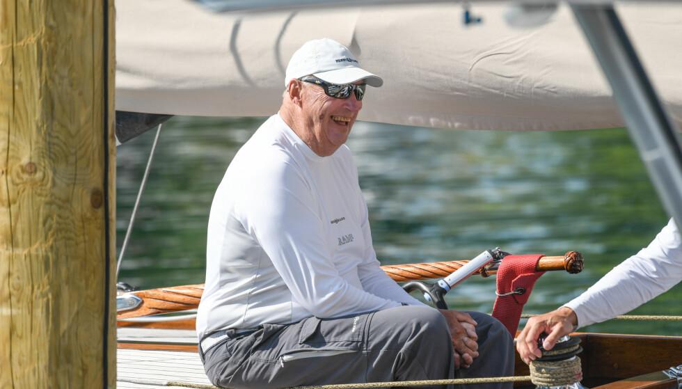 HVIS KONGEN FIKK VELGE: 21.februar fyller kong Harald 83 år. Det er på høy tid at han får bruke dagene sine til mer laksefiske og seiling, og mindre til offisielle oppdrag, mener Vi.nos redaksjonssjef Birgitte Hoff Lysholm. Her er kongen avbildet i 2018 i sin seilbåt Sira i forbindelse med VM for 8-metere i Langenargen sør i Tyskland. Foto: NTB Scanpix