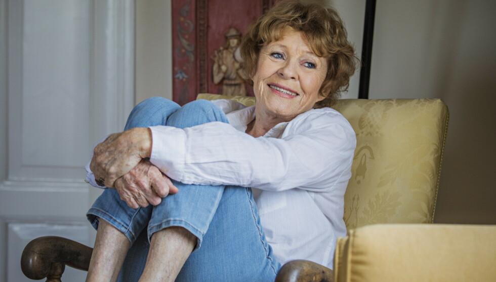 VIL VÆRE OPPDATERT: Skuespiller Kari Simonsen (82) er avhengig av e-post og bruker sosiale medier. Hun ser fortsatt Dagsnytt 18 på lineær tv, men ser mer tv på nett nå enn før. Foto: Jørn H. Moen / Dagbladet