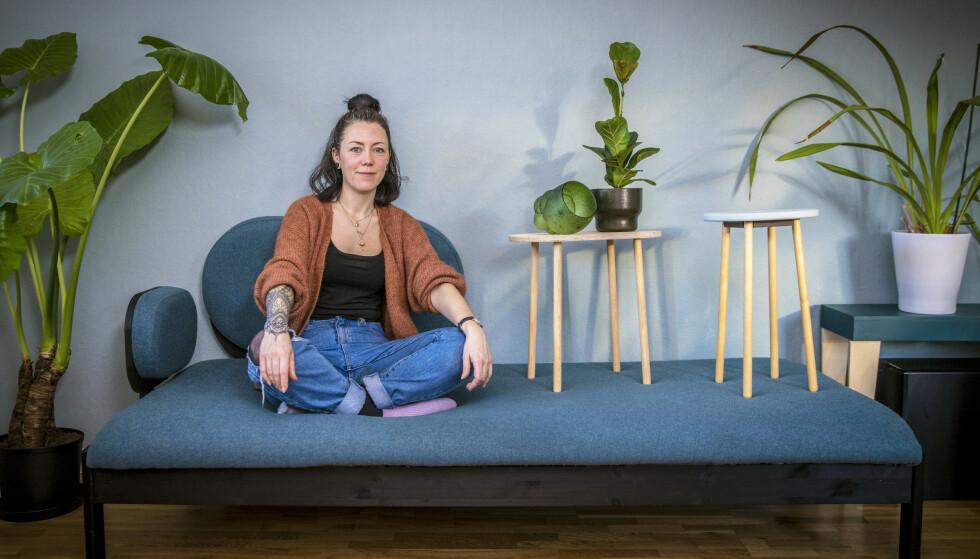 OPPSIRKULERT: Interiørdesigner Hannah Nordh brenner for miljøet, og gjør gamle møbler om til nye framfor å kaste dem. Sjeselongen er laget av en gammel sofa, mens de to krakkene er laget av restematerialer fra et snekkerverksted. FOTO: Ole Berg-Rusten / NTB scanpix