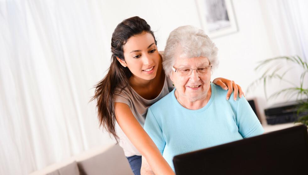 UTFORDRING: Mange eldre synes det er vanskelig å be barn og barnebarn om datahjelp. Foto: Shutterstock/ NTB Scanpix