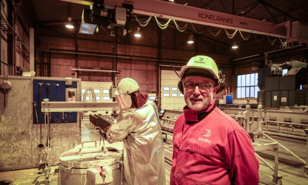 Ståle Schille kunne ha gått av med pensjon for to år siden. I stedet velger han å jobbe til han har sett sitt siste prosjekt vel i havn: Han leder arbeidet med å lage 200 nye ovner til aluminiumsproduksjon. Foto: Birgitte Hoff Lysholm