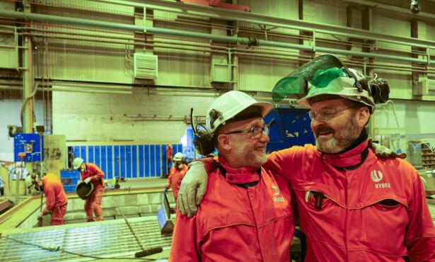 Ståle Schille og hovedverneombud Geir Yven er blant veteranene på Hydro Husnes. De vet at de innehar en manuell kompetanse som yngre kolleger ikke har lært på skolen, og lærer gjerne fra seg det de kan. - Det er den beste tida på året, de ukene når lærlingene kommer. Da blir det liv og røre her, sier Yven. Foto: Birgitte Hoff Lysholm