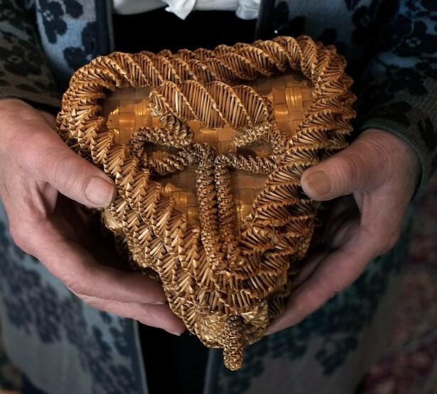 TAKK: Dette forseggjorte skrinet laget en serbisk fange av strå fra kornåkerne på Øysand. Han ga det til bestemor Klara Øie på fredsfesten i mai 1945. Foto: Hege Landrø Johnsen
