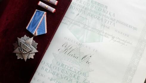 HELTINNE: Bestemoren Klara Øie fikk tildelt medalje og diplom av president Tito i 1965 for innsatsen hun gjorde for krigsfangene. Foto: Hege Landrø Johnsen
