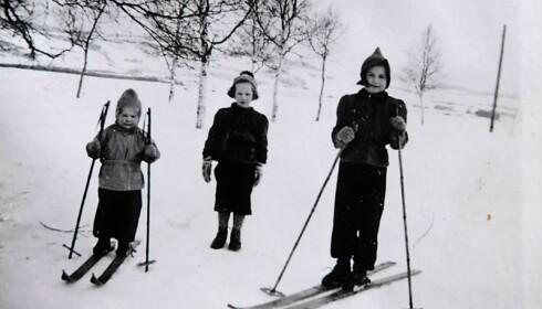LEK PÅ SKI: – Barndommen føltes trygg, selv om det var krig, forteller Astri. Foto: Privat