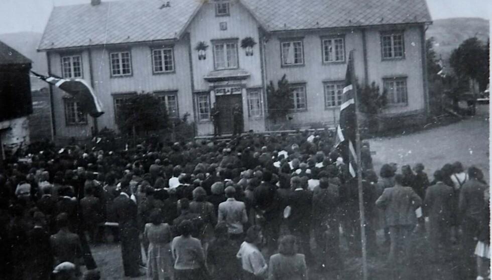 FREDSFESTEN: – Da krigen tok slutt, var det stor feiring blant de serbiske krigsfangene på Øysand. Festen fant sted på Øie-Gaarden. Fangene spilte og sang, og bygda møtte opp. Rundt 1500 personer var til stede. Foto: Privat