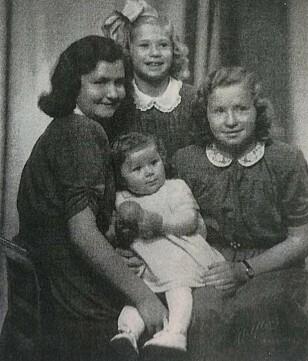 FIRE SØSTRE: Astri, Siri og Kari. Foran: Oddrun, som ble født i 1947. Foto: Privat