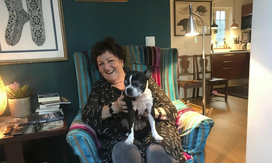 Glad i dyr: Anne liker dyr og har alltid hatt hund, helt siden hun ønsket seg en svart labrador i konfirmasjonsgave og fikk en. Ungpikedrømmen om å bli dyrlege måtte hun gi opp, fordi hun ikke var god nok i matte. Foto: Daniel Laflor/Aller Media