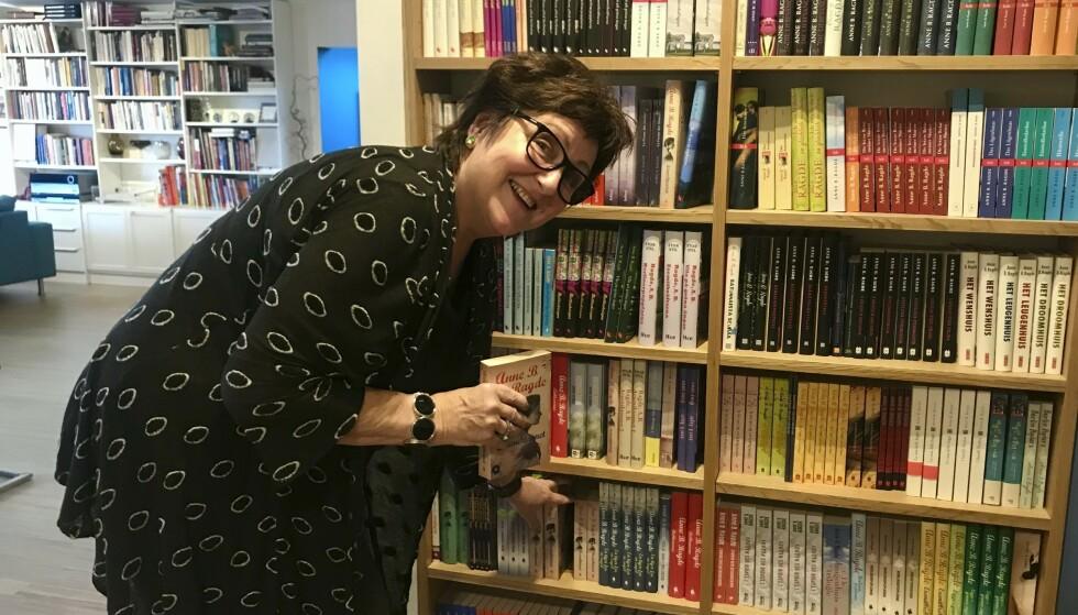 Mange bøker: I hyllene hjemme har Anne bøkene sine stående, på flere språk. «Berlinerpoplene» er blitt både tv-serie og teaterstykke. Foto: Daniel Laflor/Aller Media