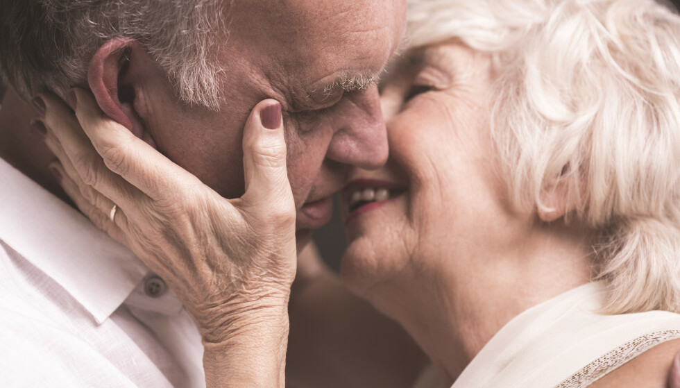 BEHOLD LYSTEN: Gynekolog Nina Willumsen understreker at vi ikke må legge bort sexlivet selv om vi blir eldre. - Vi må optimalisere helsa vår. Vi kan ikke være fornøyde med rullator og gamlehjem resten av livet. Foto: Shutterstock / NTB Scanpix