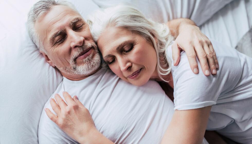 IDEALET: Par skal liksom sovne sammen og våkne sammen. Men er det verdt det om dere ikke sover godt? Foto: Shutterstock/NTB Scanpix