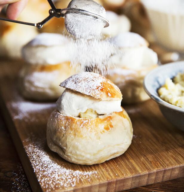 Svenskene fyller bollene med mandelmasse og krem, mens hos oss er det tradisjone med bare krem som fyll i fastelavensbollene. Foto: Aller Media
