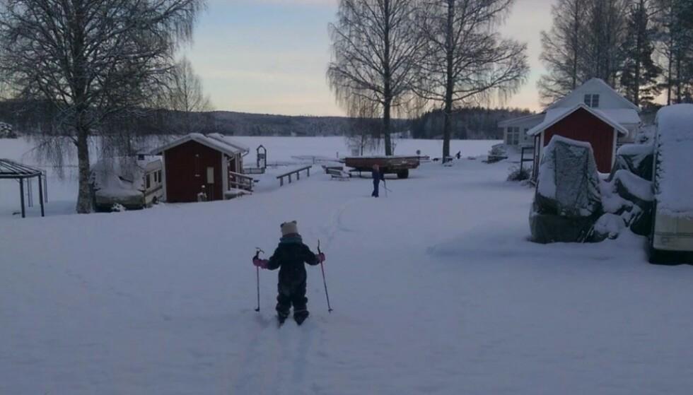 I vår familie er vi ikke akkurat født med ski på beina. Men det hender at jeg lar meg dra ut på skitur - eller tur til butikken for å kjøpe smågodt som det også heter. Foto: Birgitte Hoff Lysholm