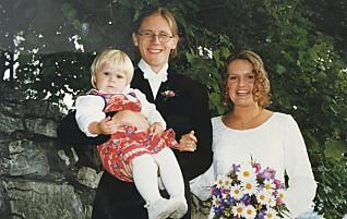 Da Torbjørn giftet seg, skilte én av gjestene seg ut: Lillesøster Julie (1 1/2)