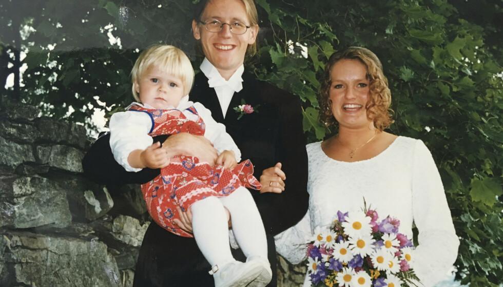 De ser ut som en lykkelig kjernefamilie på tre, men ettåringen på brudgom Torbjørn Dyruds arm er lillesøster Julie. Bruden heter Marianne. Foto: Privat