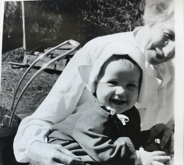 <strong>MORMORFANG:</strong> Anniken Nersveen på mormor Ingrid Bjerkås fang i 1955. Foto: Privat