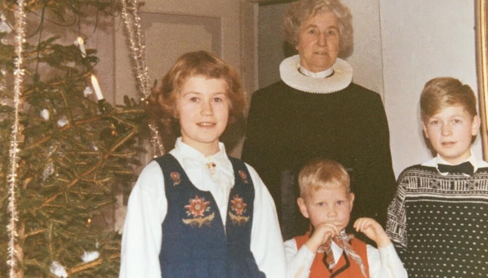 FAMILIEKJÆR: Ingrid Bjerkås hadde nært forhold til sine barnebarn. Her er hun fotografert sammen med barnebarna i Berg kirke julen 1963. Fra venstre Anniken Nersveen, broren Jarl Jacobsen og Geir Jacobsen. Foto: Privat