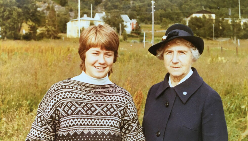 NÆRT FORHOLD: Anniken Nersveen med mormor Ingrid Bjerkås på tur til Skaland på Senja i 1971. Nersveen forteller at hun opplevde at mormoren tok henne på alvor. De to hadde mange diskusjoner. Foto: Privat