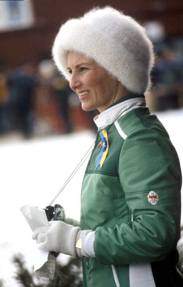 VM I FALUN: , SVERIGE 1974. En ivrig Kronprinsesse Sonja under VM på ski i Falund kledd i grønn med kikkert, strikkelue og i grnn sportsjakke. Foto: NTB arkiv / Scanpix