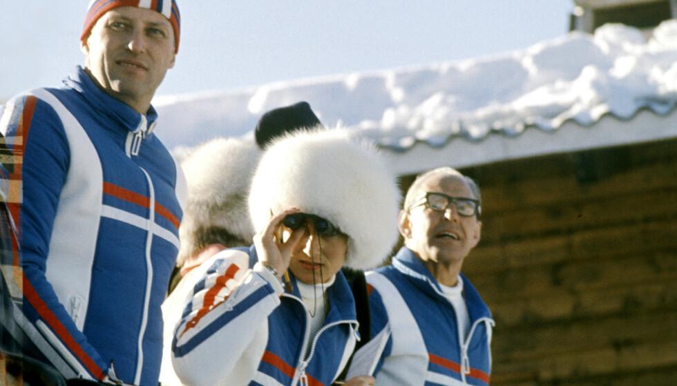 STILIG KONGEPAR: Kronprins Harald og kronprinsesse Sonja under OL i Innsbruck, februar 1976. Sonja kombinerte sportsjakka med pelslue på hodet. Foto: NTB / Scanpix