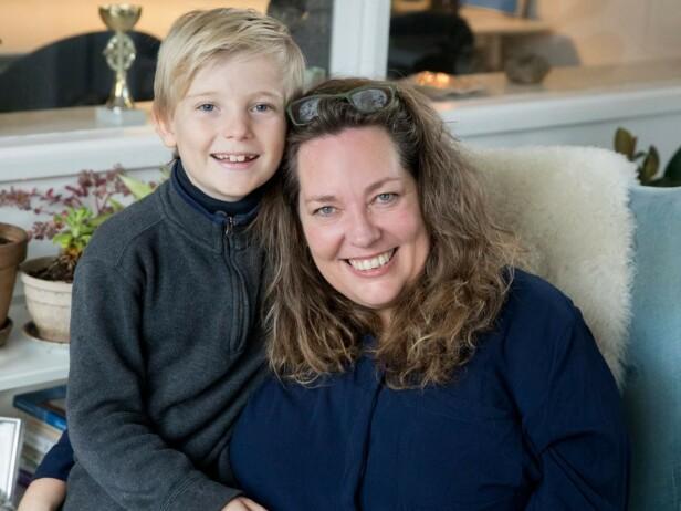 Mor (55) og sønn (9). Philip Storm må dele mammaen sin med søsterens to barn som kaller henne mormor. Foto: MEW
