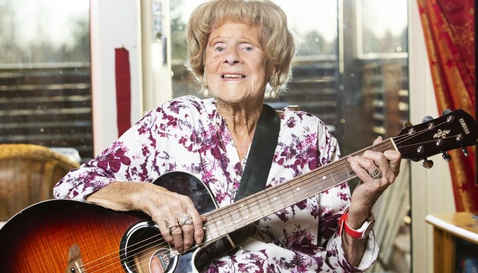 Øver: Det er bare av og til at GT-Sara tar fram gitaren hjemme. Hun pleier å ta det litt som det kommer når hun er på scenen. Foto: Ellen Jarild