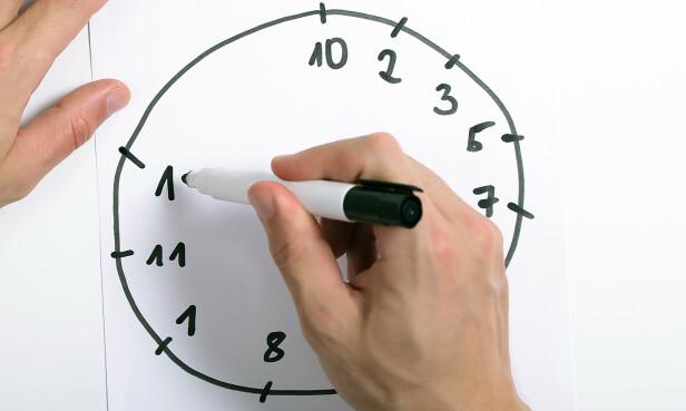 KAN DU KLOKKA? Å skulle plassere tallene riktig på klokkeskiven er en av de kognitive testene som kan avsløre en begynnende demens. Foto: NTB/Scanpix