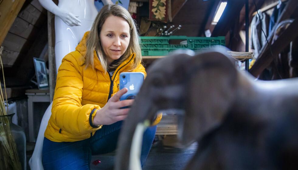 ELEFANT: Christina Cappelen foreviger en elefantfigur til instagrambutikken sin. Der blir den liggende som et varig minne, selv etter at den er solgt.  Foto: Håkon Mosvold Larsen/NTB Scanpix