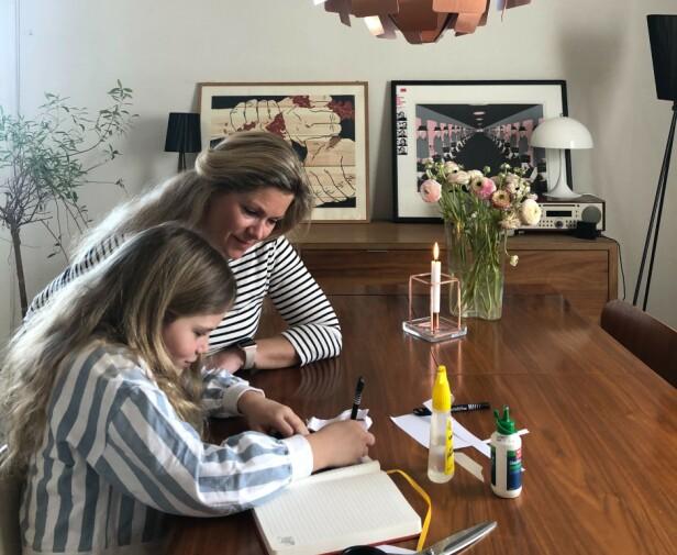 VIKTIG FOR ETTERTIDA: Martine Aurdal og datteren Leona skriver sammen i coronadagboka. - Vi er i en spesiell situasjon som vi kommer til å huske resten av livet. Vi ser for oss at denne dagboka blir spennende å lese i når vi blir gamle, sier Aurdal. Foto: Privat