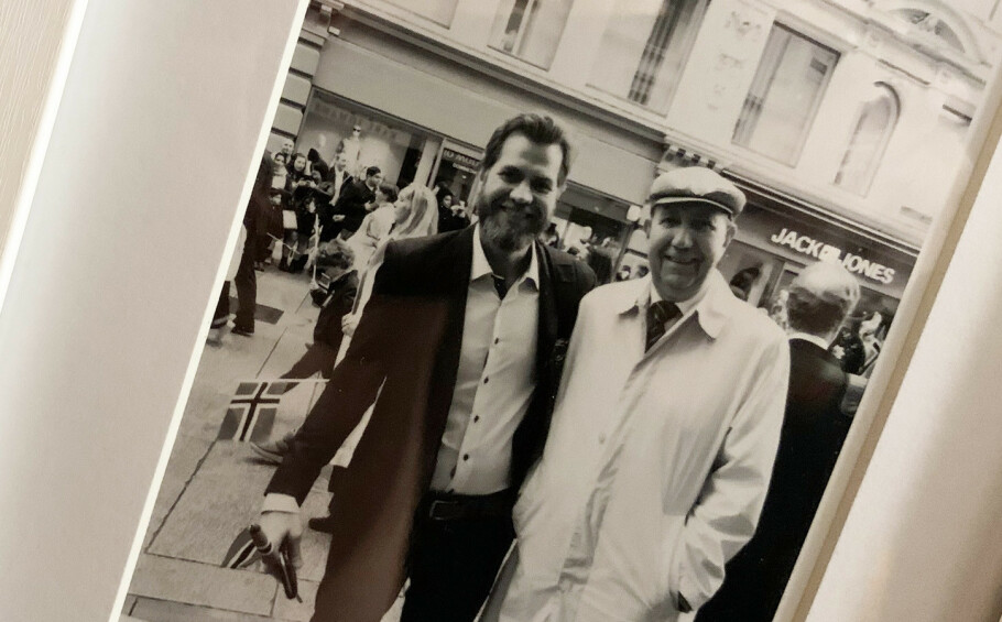 David Stenerud er nyhetssjef i ABC Nyheter. Dette bildet av ham og faren henger på veggen i gangen hans. Nå må far og sønn innstille seg på å ikke møtes på en stund. Foto: Privat
