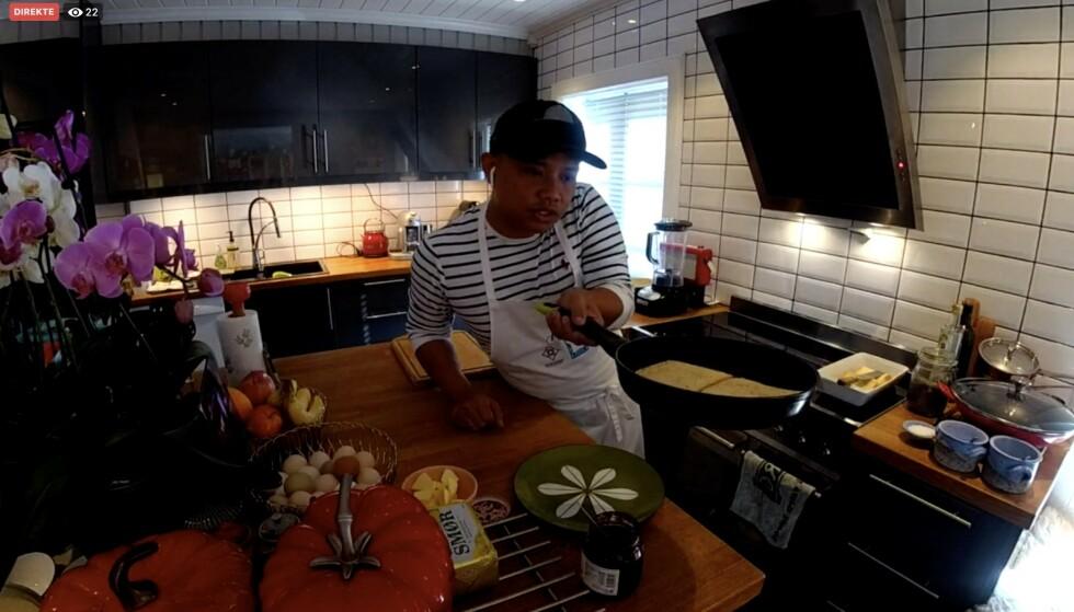 Kjøkkensjef Sebastian Engh på Halden-restauranten Curtisen holder dagens første av to økter med skolekjøkken. Foto: Skjermdump fra livesending